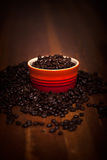 在木表上的咖啡豆 免版税库存图片