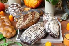 在木表上的新鲜面包早餐在面包店 免版税库存图片
