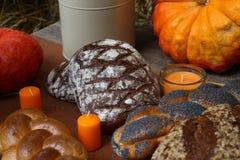 在木表上的新鲜面包早餐在面包店 免版税库存照片