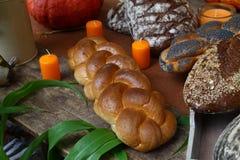在木表上的新鲜面包早餐在面包店 库存图片