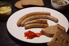 在木表上的烤香肠 免版税图库摄影
