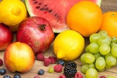 在木表上的热带夏天果子 免版税库存图片