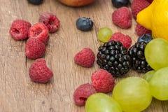 在木表上的热带夏天果子 免版税图库摄影