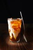 在木表上的被冰的咖啡与匙子 免版税库存照片