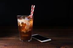 在木表上的被冰的咖啡与秸杆 图库摄影