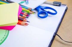 在木表上的被分类的学校用品 免版税图库摄影