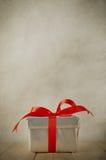 在木表上的银色礼物盒 免版税图库摄影