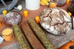 在木表上的面包早餐在有装饰的面包店 免版税库存照片
