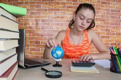 在木表的书 在家学习在书桌上的女孩 库存图片