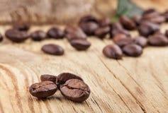 在木表的咖啡粒 免版税库存照片