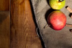在木表的新鲜的红色苹果 在袋装的背景 文本的空位 免版税库存照片