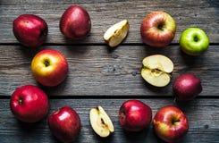 在木表的新鲜的红色苹果 果子,自然食物 文本的空位 顶视图 图库摄影