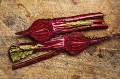 在木表的甜菜。 免版税库存照片