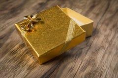 在木表的礼物盒 免版税库存照片