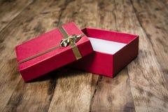 在木表的礼物盒 免版税库存图片