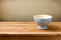 在木表的空的蓝色碗 免版税库存照片