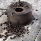 在木表的老咖啡烘烤器 库存照片