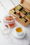 在木表的茶和蜂蜜与配件箱 库存图片