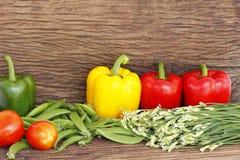 在木表的蔬菜 库存图片