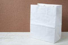 在木表的购物袋 免版税库存照片