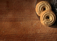 在木表背景的曲奇饼 免版税库存图片
