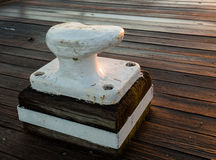 在木装饰的大金属系船柱 免版税库存照片