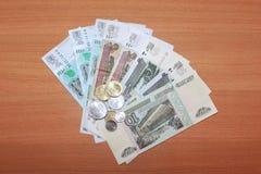 在木覆盖物的背景的俄国钞票 库存图片