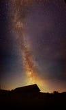 在木谷仓的银河 图库摄影