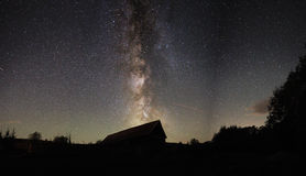 在木谷仓的银河 库存照片