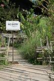 在木走道的没有词条标志 免版税库存图片