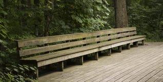 在木走道的长木凳 免版税库存图片