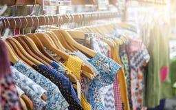 在木路轨的五颜六色的设计女服,时装业概念 免版税库存照片