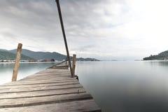 在木跳船的长期曝光接近码头 库存照片