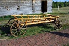 在木轮子的古老木推车 动物被画的老推车花费在房子附近外作为博物馆的展览 的treadled 免版税库存图片