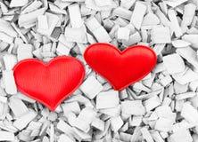 在木轻的背景的红色心脏背景乌贼属难看的东西卡片背景基地对比爱标志 免版税库存图片