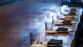 在木酒吧柜台的选择聚焦与利器 股票视频