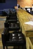 在木酒吧30602附近的椅子 免版税库存图片