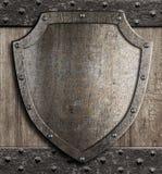 在木门的中世纪盾 免版税图库摄影