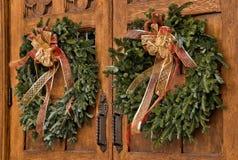在木门的圣诞节花圈 免版税库存图片