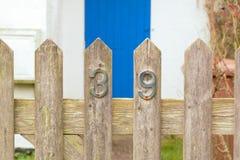 在木门的房子号码39标志 库存照片