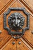 在木门的敲门人 免版税库存图片