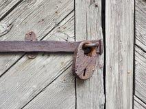 在木门的生锈的挂锁 库存图片