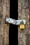 在木门的老关键锁 库存照片