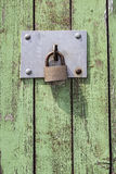 在木门的老关键锁 免版税库存照片