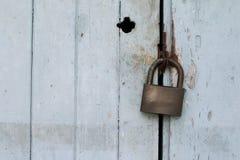 在木门的老挂锁 免版税图库摄影