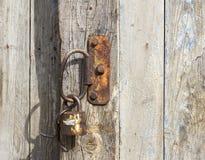 在木门的老挂锁 免版税库存图片