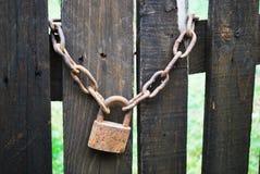 在木门的老生锈的锁 图库摄影