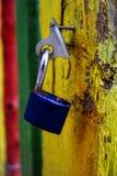 在木门的老蓝色挂锁 免版税库存照片