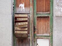 在木门的老邮箱 库存照片