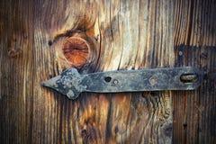 在木门的老铰链 免版税库存照片